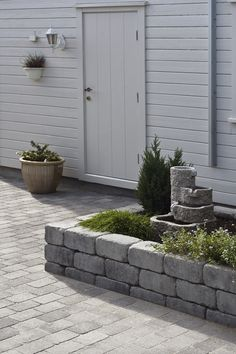 Her har rådhus mur rammet inn ett blomsterbed ved inngangspartiet med rådhus beleggningstein. Garden Steps, Garden Edging, Garden Paths, Outdoor Rooms, Outdoor Gardens, Scandinavian Garden, Outdoor Landscaping, Outdoor Projects, Dream Garden