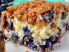 Who doesn't love streusel cake or blueberry muffins? That's why Holly Clegg's Blueberry Muffin Streusel Cake is so amazing. Not only that, but it's perfect for a weekend brunch, morning breakfast meetings, teacher appreciation breakfasts, Easy Blueberry Muffins, Blueberry Recipes, Blue Berry Muffins, Food Cakes, Cupcake Cakes, Dessert Light, Dessert Simple, Streusel Cake, Streusel Topping