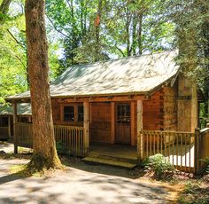 (Little GreenBriar, NewFound Gap) These cabins are your home away from home in Townsend, TN, perfect for those who want to take advantage of the full kitchen to prepare meals or get cozy in front of the stone fire place. Located in the rear of our estate, you are surrounded on three sides by wooded …