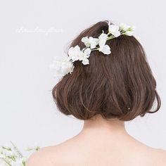 こちらのお品はデルフィニウムのヘッドドレスとなります。  ひらひらとした花びらが、華やかに演出してくれます。 ・フロントにセットして花冠スタイル・サイドメインにセットして流れる様な動きのあるスタイル2つのクリップでしっかりと固定ができ、付け方次第で色々とアレンジが出来ます。ボリュームは太すぎず細すぎず、どのラインのドレスにも合わせやすいお品です。~サイズ~約50cm(本体内周) 6cm(幅) 若干の誤差は生じます ~お色~ホワイトなるべく実物に近付けて撮影しておりますが、若干の誤差はご了承ください ~素材~アーティフィシャルフラワークリップ金具~世界に一つあなたのご希望、形にしてみませんか?~chouchoufleur chouchou fleur Chou Chou fleur chou chou fleur和装 和装アクセサリー 成人式 七五三