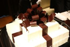 フリジェリオ オーダーメイドウェディング(frigerio order made wedding)|結婚式場写真「チョコレートのリボンがかかったウエディングケーキ」 【みんなのウェディング】