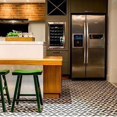 Cozinha l Ladrilho hidráulico no piso e tijolinho na parede, adoro esta mistura de materiai...