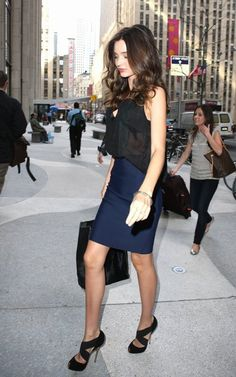Miranda Kerr -outfit perfect for Day to Night Fast Fashion, Look Fashion, Skirt Fashion, Fashion Beauty, Womens Fashion, Classy Fashion, Fashion News, Spring Fashion, Fashion Shoes