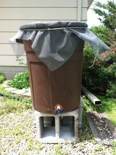 budget rain barrel - trim the cloth neatly, top with the lid which has been cut so only the edge remains (to secure the cloth nicely), paint the blocks/turn face up Veg Garden, Lawn And Garden, Garden Tips, Garden Ideas, Raised Garden Beds, Raised Beds, Rain Barrel System, Water Collection System, Rainwater Harvesting System