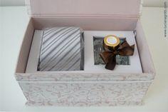 Aromatizados de ambiente + gravata para casal de padrinhos em linda embalagem personalizada por Luciana Gritti.