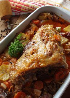 SASTOJCI 1-2 sveže svinjske kolenice (oko 1,5 kg) 800 g crnog luka 500 g krompira