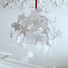 Une suspension faite d'étoiles en papier / Suspension paper stars