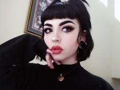 Embedded Image In 2019 Alternative Makeup Grunge Makeup Make Up Looks, Hairstyles With Bangs, Girl Hairstyles, Vampire Hairstyles, Scene Hairstyles, Gothic Hairstyles, Cabelo Pin Up, Grunge Makeup Tutorial, Jagua Henna