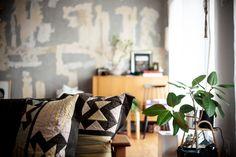 #T様邸南行徳 #リビング #livingroom #植物 #クッション #キルト #EcoDeco #エコデコ #リノベーション #renovation #東京 #福岡 #福岡リノベーション #福岡設計事務所 Throw Pillows, Rugs, Interior, House, Home Decor, Farmhouse Rugs, Toss Pillows, Decoration Home, Cushions