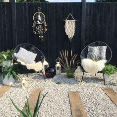 Boho black fence garden landscaped monochrome white string chairs sleepers Boho black fence garden l Black Garden Fence, Black Fence, Garden Fencing, Diy Fence, Backyard Fences, Backyard Landscaping, Backyard Ideas, Indoor Garden, Outdoor Gardens
