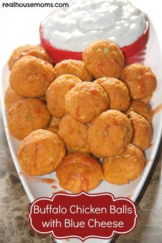 Buffalo Chicken Balls with Blue Cheese -- Christmas snack Pollo Buffalo, Buffalo Chicken, I Love Food, Good Food, Yummy Food, Tasty, Yummy Appetizers, Appetizer Recipes, Party Recipes