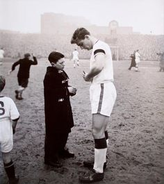 Duncan Edwards, 1958 February Last game for Manchester United in the league before Munich disaster Football Images, Sports Images, Football Pics, Arsenal Football, Football Stuff, School Football, Munich Air Disaster, Duncan Edwards, Games For Men
