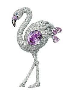 Cartie火鶴胸針,鉑金鑲嵌5.34克拉橢圓粉紅剛玉、3顆梨形粉紅鑽、藍寶石、鑽石及珍珠母貝。
