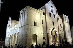 Basilica di san Nicola Bari. Iniziata nel 1087 fu consacrata nel 1197. La chiesa fu costruita per ospitare le reliquie di san Nicola, trafugate da 62 marinai baresi dalla città di Myra in Turchia. Pianta a croce latina commissa, è divisa in tre navate. La basilica richiama moltissimi pellegrini, anche di religione ortodossa, molto devoti al culto del santo.Quotidianamente, infatti, nella cripta si tengono celebrazioni con rito ortodosso.