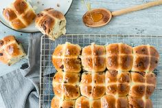 Try Triple chocolate hot cross buns by FOOBY now. Or discover other delicious recipes from our category breakfast. Chocolate Hot Cross Buns, Easter Brunch, Food Trends, Vegetarian Chocolate, Desert Recipes, Original Recipe, Hot Dog Buns, New Recipes, Food Print
