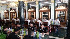 Macedónsky futbalový reprezentačný tím sa pred nedeľňajším (14.6.2015) kvalifikačným zápasom C-skupiny EURO 2016 proti Slovensku v Žiline o 20.45 hod., ubytoval v najluxusnejšom hoteli         Aphrodite Palace **** v kúpeľoch v Rajeckých Tepliciach. Vlani tu bola pred medzištátnym futbalovým zápasom v Žiline ubytovaná  aj španielska reprezentácia.