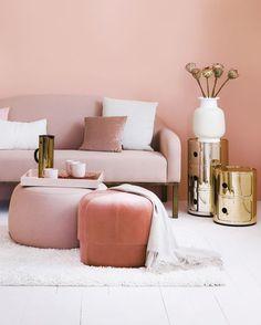 Girly Chic! Verspielt: Gold-Akzente und viel zartes Rosé. Diese Deko-Accessoires sorgen für Eleganz in Deinem Zuhause. Gold + Blush = die perfekte Kombination für glamouröse und feminine Vibes. Lasst Euch von unseren Deko-Pieces im Girly Chic Look inspirieren! // Wohnzimmer Ideen Sofa Pouf Beistelltisch Couchtisch Kartell Kissen Teppich Wandfarbe Einrichten Deko Dekoration Rosa Blush Gold Einrichten #Wohnzimmer #WohnzimmerIdeen #Deko #Dekoration #Rosa #Blush #Gold #Einrichten #Wandfarbe…