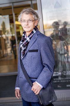 Keďže pán Peter nosí veľmi rád aj športovú eleganciu, vybrali sme mu aj ležérne sako s lakťovými záplatami, ktoré je možné kombinovať s tmavými džínami.