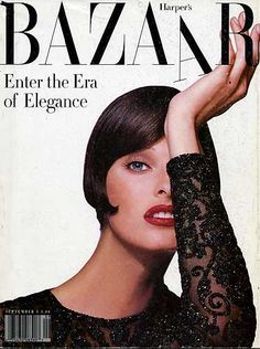 """Harper's Bazaar – s 1992 – Linda Evangelista sujeta la letra """"A"""" de la cabecera de la revista que titula: """"Entra la era de la elegancia""""."""