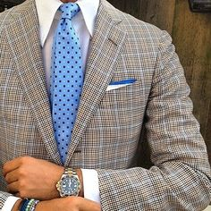 "violamilano: "" Ricardo wearing our new ""Light Blue Floral"" silk tie & handrolled ""Blue"" shoestring linen pocket square… Jacket: Kiton - Shirt: Fray - Watch: Rolex GMT II -Bracelets: Viola. Style Gentleman, Gentleman Mode, Sharp Dressed Man, Well Dressed Men, Fashion Mode, Mens Fashion, Terno Slim Fit, Moda Formal, Look Man"