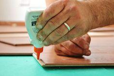 Met een laminaatvloer geef je je woonkamer, keuken, of slaapkamer snel en gemakkelijk een nieuwe look. Met deze aanwijzingen en tips kun je direct aan de slag met het leggen van de laminaatvloer. Remove Super Glue, How To Remove Glue, Direct Wood Flooring, Laminate Flooring, Floors Direct, Lifehacks, Super Cola, Woodworking Glue, Diy Sewing Table