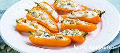 Oranje mini paprika's met roomkaas en pijnboompitten