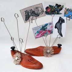 shoe forms into photo trees Shoe Cobbler, Wood Crafts, Diy Crafts, Shoes Organizer, Shoe Holders, Shoe Molding, Shoe Stretcher, Wooden Shoe, Crafty Fox