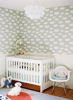 Modern black and white girl's nursery by Caroline Tran. papel de parede lindo que você acha na loja ou no http://www.coisasdadoris.com.br/loja/index.php/papel-de-parede-12816.html
