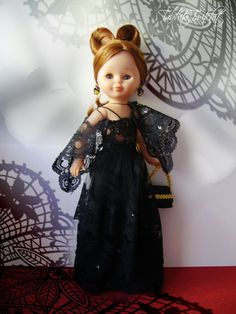 Sip, lo que lleva puesto Patricia, mi Pepa  pelirroja de ojos grises es un velo de misa.  Le tengo mucho cariño a este vestido, por diver...