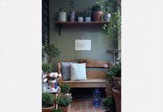 No pequeno espaço no fundo da casa, a paisagista Claudia Muñoz montou um cantinho verde onde cultiva rosas, minimargaridas, buxinhos e fícus. Para decorar, a lanterninha azul de metal  Renato Corradi / Casa e Jardim