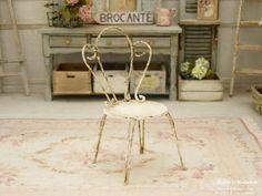 Table d\'appoint miniature en bois et plastique rigide \