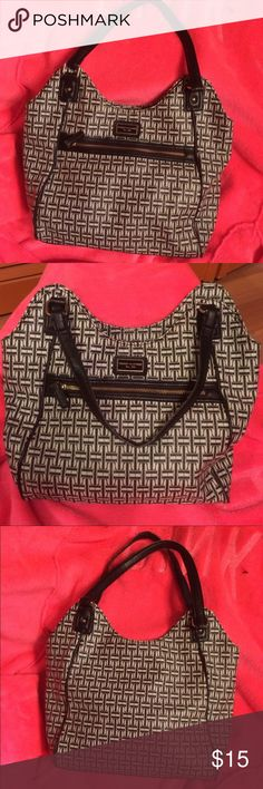 Black and White Tommy Hilfiger Purse Black and white Tommy Hilfiger purse with magnetic closure. Medium-large size bag Tommy Hilfiger Bags Shoulder Bags