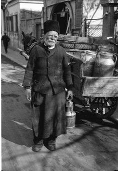 Bukarest, Straßen- und Marktleben in Bukarest: Milchmann City People, Bucharest Romania, Black And White Photography, Folk Art, Memories, Art Prints, Vintage Photos, Hands, Times