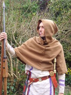 Cloaks were the common outdoor wear in the Roman Empire, but cloaks were also worn indoors, particularly at meals and banqets. It was impolite to leave off your cloak unless you were in your own. Roman Clothes, Egypt Culture, Egypt Fashion, Roman Britain, Roman Legion, Cosplay Armor, Roman Fashion, Outdoor Wear, Dark Ages