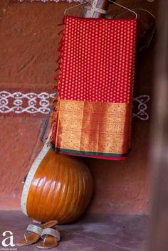 Gorgeous red and gold kanjeevaram silk saree. Indian Bridal Wear, Indian Ethnic Wear, Traditional Sarees, Traditional Outfits, Indian Silk Sarees, Ethnic Sarees, Kanchipuram Saree, South Indian Bride, Indian Couture