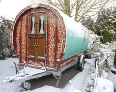 Aren't these Gypsy caravans beautiful? Look at the detail and the craftsmanship. Well built and you can drive 'em anywhere. Gypsy Trailer, Gypsy Caravan, Gypsy Wagon, Tyni House, Tiny House Blog, Small House Decorating, Family Tent, Covered Wagon, She Sheds