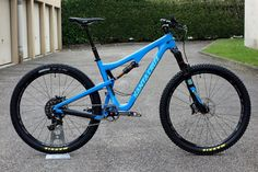 santa cruz 5010 espace velo Downhill Bike, Mtb Bike, Santa Cruz Bronson, Trek Mountain Bike, Montain Bike, Off Road Cycling, Biker Love, Mtb Trails, Bicycle Design