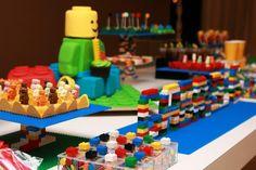 Já mostramos aqui um aniversário com o tema lego, mas esse ficou ainda mais colorido e divertido! Estamos encantadas com a riqueza de detalhes! Que criança