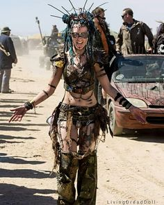 Woman with steampunk and dieselpunk inspired outfit posing at Burning Man Mode Apocalypse, Apocalypse Costume, Apocalypse Fashion, Apocalypse Armor, Estilo Tribal, Estilo Hippy, Post Apocalyptic Costume, Post Apocalyptic Fashion, Post Apocalyptic Clothing