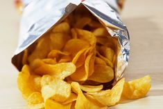 36 Things You've Been Doing Wrong All Your Life Slideshow ~ Closing a Bag of Chips: Skip the chip clip. Keep your chips fresh with a few folds. Best Potato Chips, Potato Crisps, Expiration Dates On Food, Cancer Causing Foods, Chip Bags, Shake Recipes, Kids Nutrition, Nutrition Tips, Food Cravings