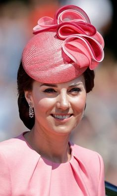 Kate Middleton hats: The Duchess of Cambridge wearing cowboy hats, pillbox hats, fascinators and more - Foto 28 Kate Make Up, Duchess Kate Pregnant, Kate Video, Princesa Kate Middleton, Kate Middleton Style, Middleton Family, Pippa Middleton, Kate Dress, Stylish Hats