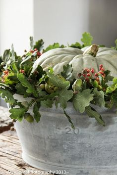 White pumpkin and greenery in a bowl! simple fall decor, Thanksgiving, Harvest Autumn Parties - Wedding too! Imagine this on each table at a Fall wedding! Deco Floral, Arte Floral, White Pumpkins, Fall Pumpkins, Fall Home Decor, Autumn Home, Palette Verte, Deco Nature, Fall Arrangements