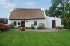 Irish Thatched Cottage - traditional cottages in Ireland, a great selection of authentic holiday homes - find your perfect rental Irish Cottage, Old Cottage, Cottage Farmhouse, Cottage Homes, County Cork Ireland, Galway Ireland, Ireland Vacation, Ireland Travel, Off Grid House