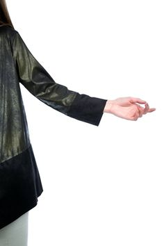 Assymetric cardigan with long sleeves and round neck. Synthetic leather. Leather-suede combination. 92% Polyester. 8% Elastane. Made in Italy. https://www.modaboom.com/clothes/zaketes-en/mauri-lepti-dermatini-zaketa/