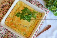 INGREDIENTES:  1 cenoura ralada 1 abobrinha ralada 1 xícara (chá) de ervilha congelada ou em conserva 1 cebola ralada ou picadinha 2 colheres (sopa) de farinha de trigo 3 colheres (sopa) de manteiga 300 ml de leite (temperatura ambiente) 4 ovos 3 colheres (sopa) queijo parmesão ralado Salsinha e Cebolinha verde a gosto Azeite a gosto Sal e pimenta do reino a gosto