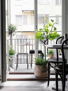 Met een klein balkon kan je maximaal genieten | IKEA IKEAnl IKEAnederland inspiratie wooninspiratie interieur wooninterieur buiten zwart outdoor tuin VÄSTERÖN krukje kruk binnen planten