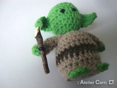 Tuto Yoda au crochet, c'est Kdo Star Wars Crochet, Crochet Stars, Cute Crochet, Knit Crochet, Crochet Mignon, Pokemon, Crochet Amigurumi, Batman And Superman, Crochet Animals