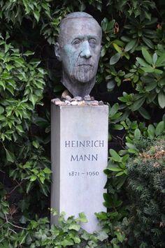 """Article du Spegel online sur le """"Père-Lachaise"""" berlinois : Brecht, Hegel und Fichte fanden hier ihre letzte Ruhe: Auf dem Dorotheenstädtischen Friedhof in Berlin wurden Prominente aus vier Jahrhunderten begraben."""