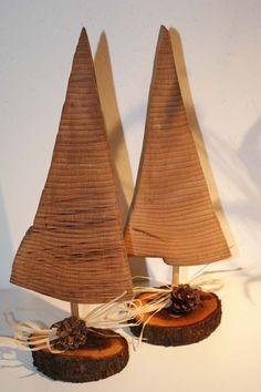Handgefertigte Weihnachtsbaum auf Baumscheibe mit Leinöl geölt,incl. Bastschleife und Zapfendeko Höhe: ca 35 cm Breite: ca 13 cm Abbildung dient als Beispiel. Die Bäumchen werden in...