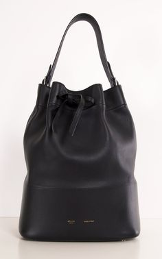 Celine bucket bag, I just died! Beautiful Handbags, Beautiful Bags, My Bags, Purses And Bags, Celine Shoulder Bag, How To Have Style, Duffle, Black Bucket, Shopper